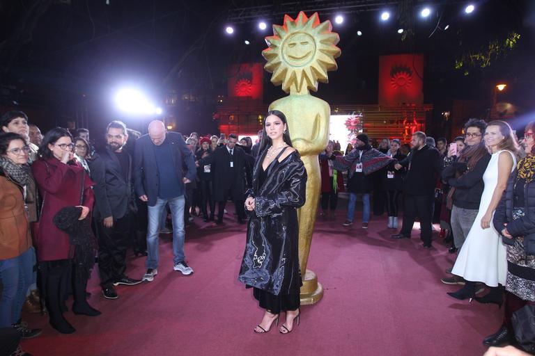 Bruna Marquezine surge deslumbrante ao lançar filme no Festival de Gramado