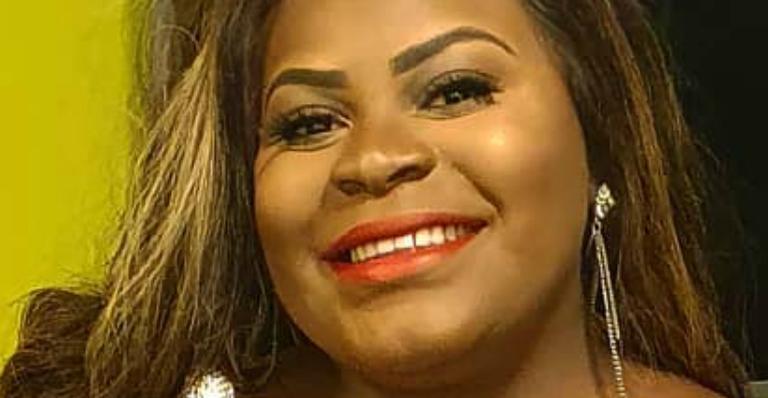 Com novo cabelo e 15 quilos a menos, cantora impressionou fãs de regata transparente; confira
