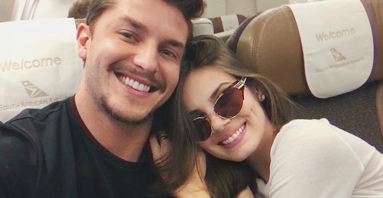 Casal de atores trocou declarações enquanto curtem lua de mel um ano após casar; confira
