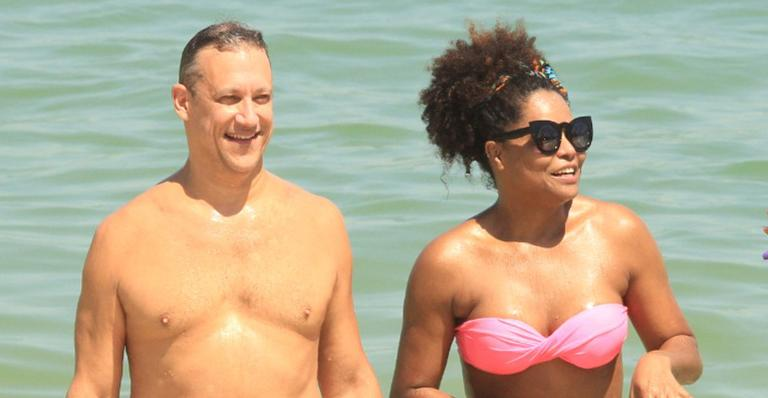 Adriana Bombom e o noivo na praia