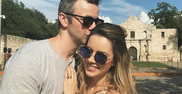 Em data especial, músico mostra foto rara com a cantora no dia do casamento: 'Abraço quente'