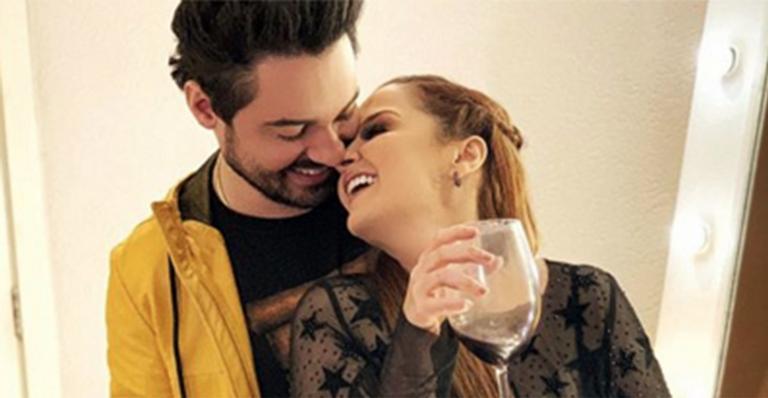 Cantor sertanejo emociona ao falar de seu amor pela namorada: 'Muito feliz ao seu lado'