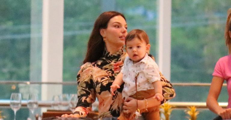Fofura! Filho da atriz rouba a cena em passeio com a mãe no Rio de Janeiro