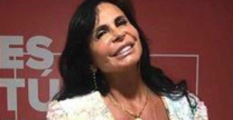Aos 60, Gretchen levanta a blusinha e revela barriguinha trincada