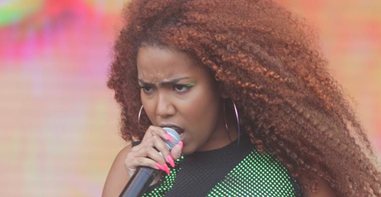 Com mensagem política, a cantora deu início aos trabalhos no Palco Sunset nesta sexta (27)
