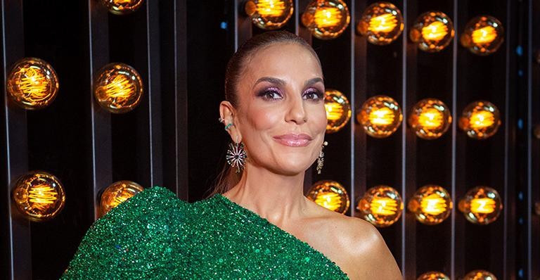 Nova cor no cabelo! Cantora aparece loira na noite da semifinal de reality musical da Globo