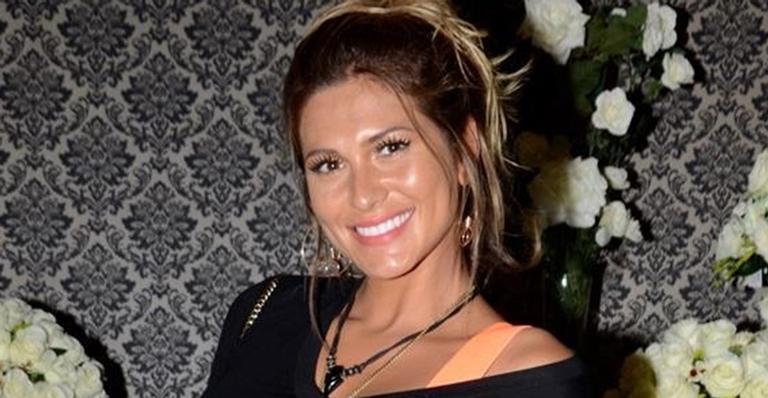 Lívia Andrade deixa a barriguinha à mostra em novo look