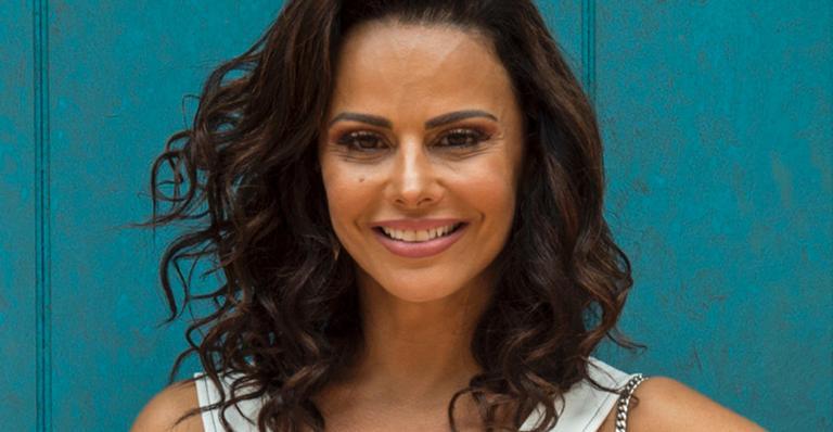 Viviane Araújo fica loira e faz micropigmentação na boca