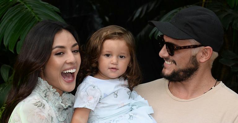 Bruno Gissoni leva Madalena para primeiro dia de aula