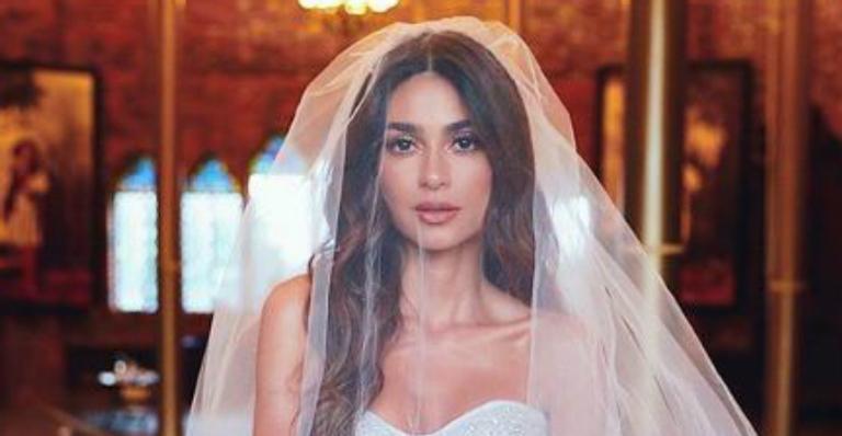 Atriz mostrou em cliques inéditos mais detalhes do vestido e do festão de casamento