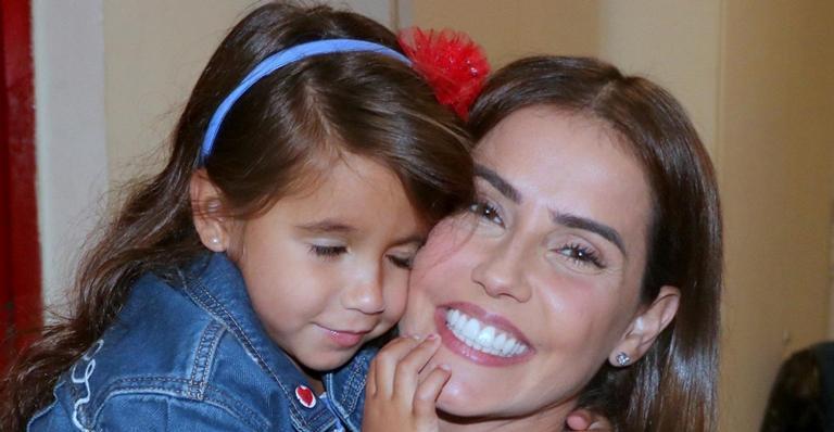A atriz encantou fãs ao mostrar registros da filha numa expedição na neve