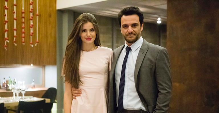 Camila Queiroz e Rodrigo Lombardi em Verdades Secretas