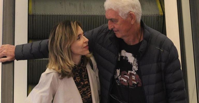 Discreta, atriz de 'A Dona do Pedaço' é flagrada em momento raro com o marido no Rio de Janeiro