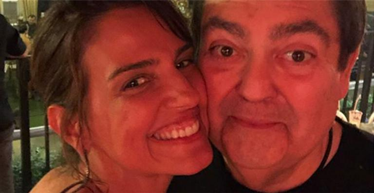 Luciana Cardoso, esposa de Faustão, visita o filho mais velho no intercâmbio