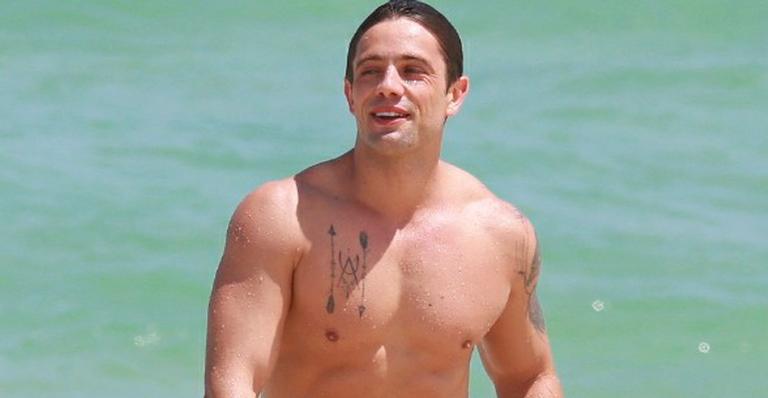 Rafael Cardoso deixa volume indiscreto à mostra na praia