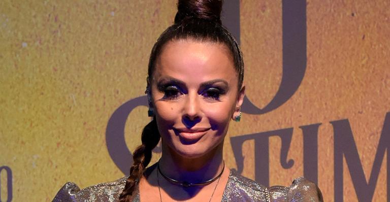 Viviane Araújo encarna a palhaça sexy para ensaio da Salgueiro