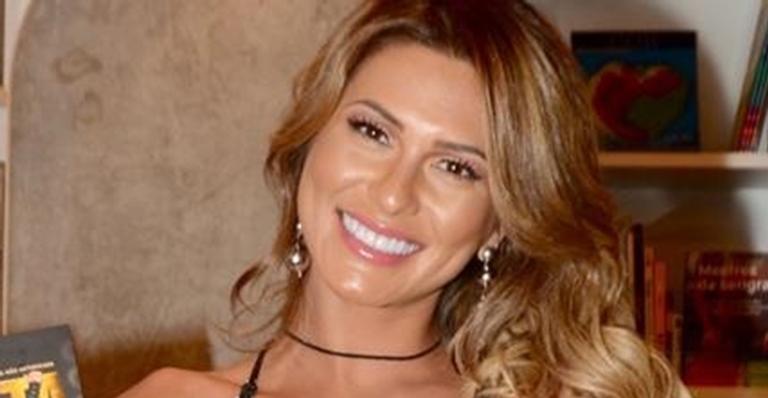 Lívia Andrade abusa do decote em novo look
