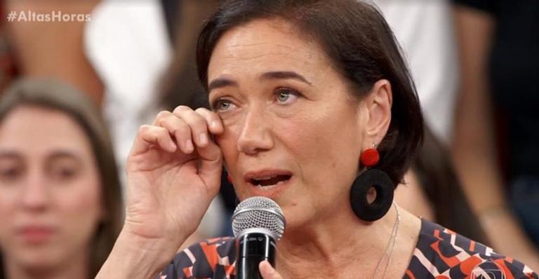 Emocionada, atriz comove ao falar sobre a filha na TV: 'Tenho muito orgulho'