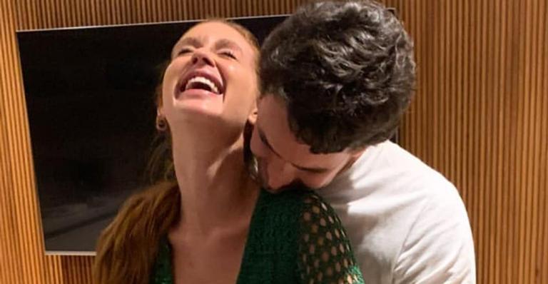 Marina Ruy Barbosa faz festa intimista para o marido