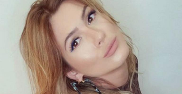 Lívia Andrade abusa da sensualidade em nova foto