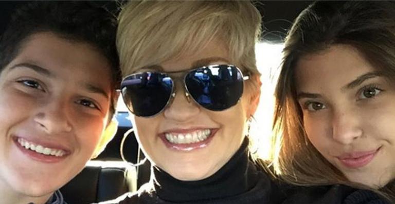 Mãe de gêmeos, Andréa Nóbrega conta que ficou doente quando a filha revelou que estava namorando