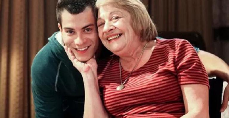 Ator fica desolado com notícia da morte de atriz que foi sua avó em Malhação