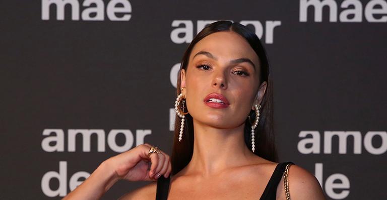 Com a barriga de fora, atriz apostou em look ousado e atraiu todos os olhares