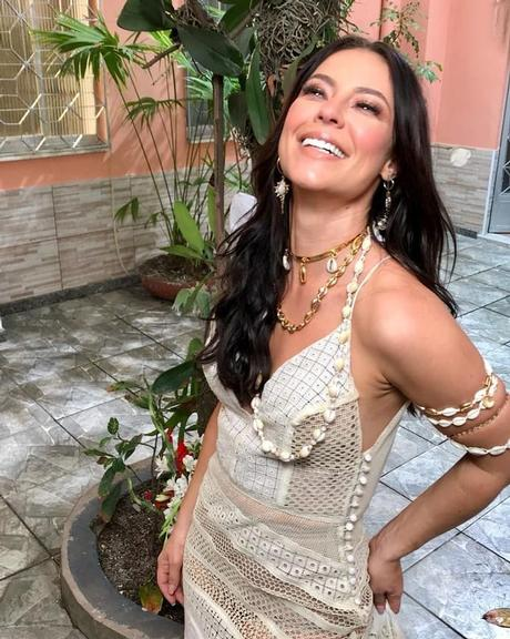 Paolla Oliveira surge linda no clipe da Grande Rio