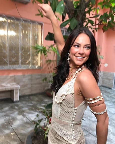 Paolla Oliveira arrasa com vestido transparente