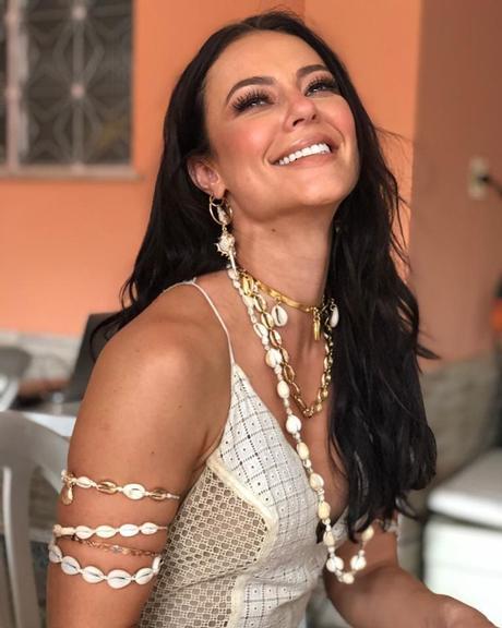 Paolla Oliveira posa com vestido transparente