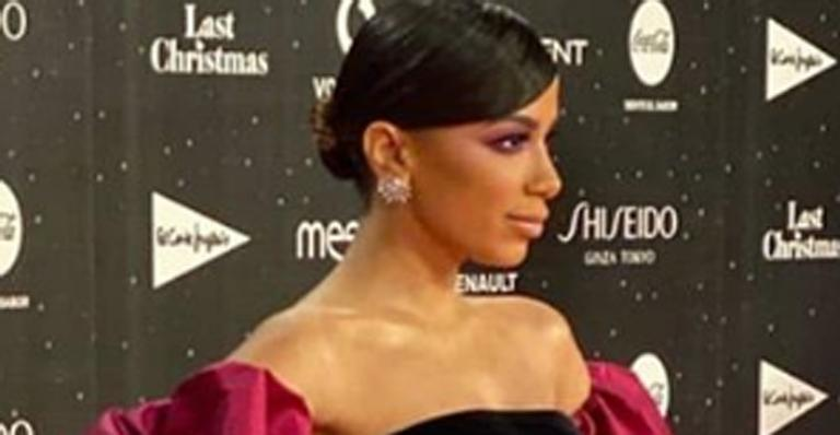 Na Espanha, cantora brasileira surgiu com a boca gigante e ousado no red carpet