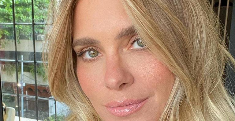 Carolina Dieckmann exibe a boa forma ao posar com maiô zebrado