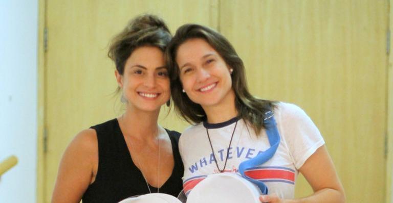 Fernanda Gentil e namorada Priscila em estréia de seu monólogo
