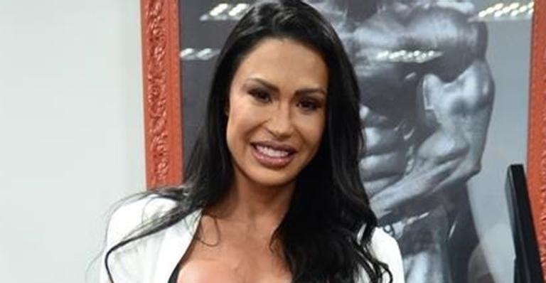 Gracyanne Barbosa surge poderosa com vestido justíssimo