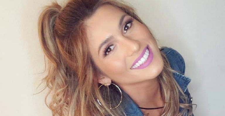 Lívia Andrade posa com microvestido