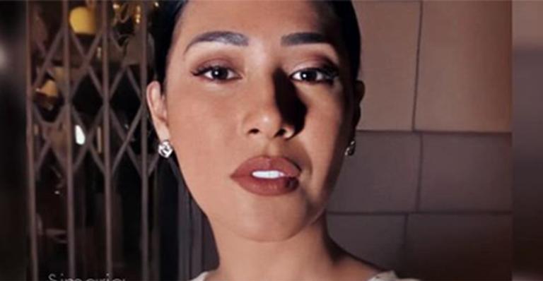 Sem roupa íntima, irmã de Simone esbanjou sensualidade com look controverso