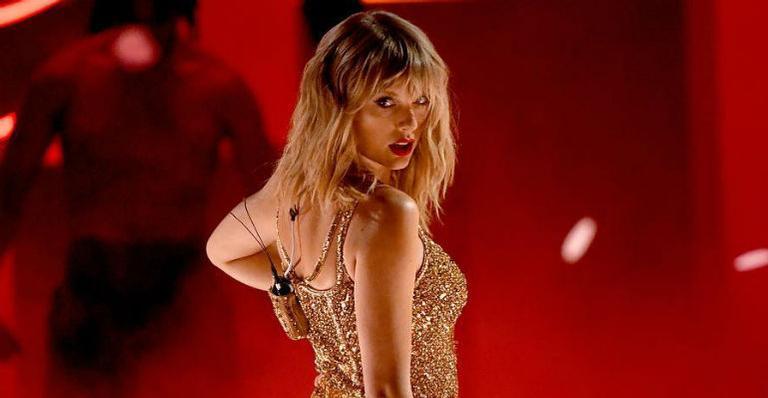 Cantora da década: Taylor Swift ultrapassa Michael Jackson no American Music Awards e faz performance histórica