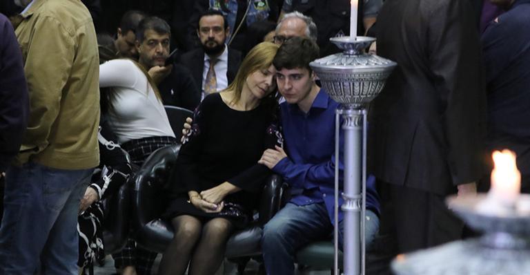 Filho mais velho de apresentador emociona ao consolar a mãe em momento carinhoso