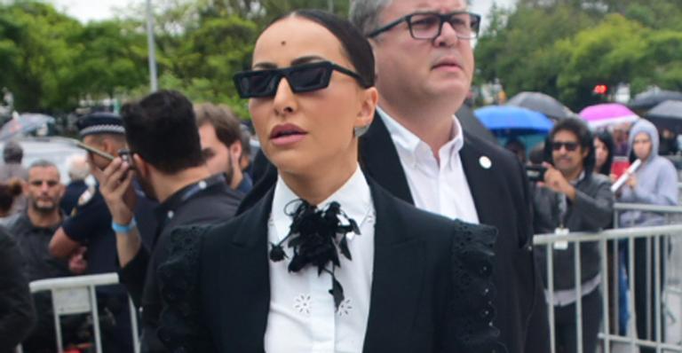 Colega de Record TV chegou com look fashionista para se despedir do apresentador