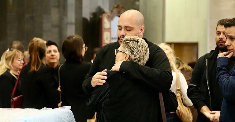 Neto e filha de Silvio Santos dão o último adeus para apresentador no velório