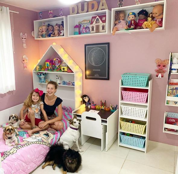 Debby Lagranha mostra a decoração do quarto da filha