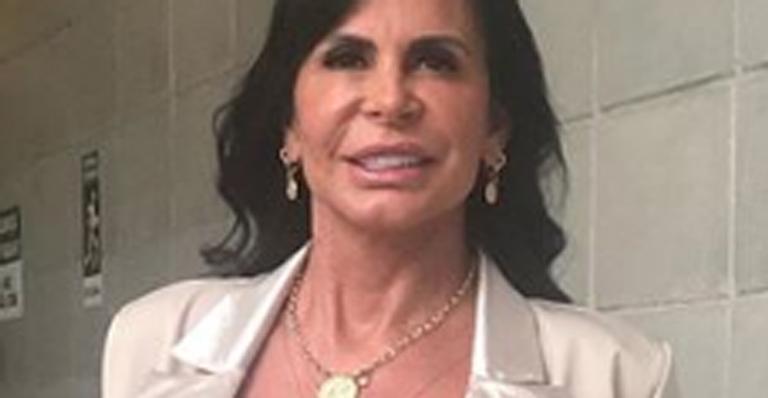 Aos 60 anos, ela surgiu poderosa mostrando o sutiã em programa da TV Globo