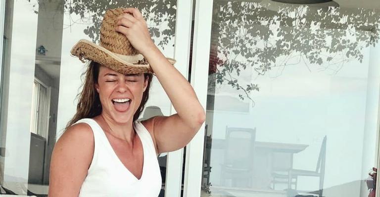 De férias, atriz global exibiu corpão usando um maiô bem cavado; veja fotos