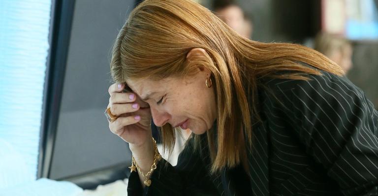 Nas últimas horas da homenagem, ela não segurou a emoção em momento comovente