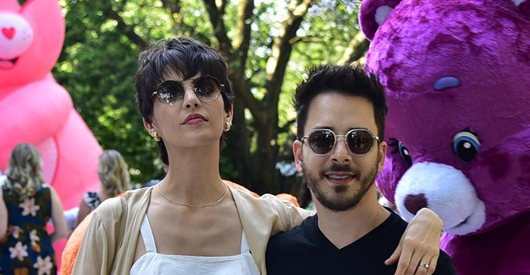 De óculos escuros e macacão, filho do casal fez os fãs babarem; veja