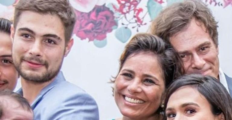 Clara Maria, filha do casal, surgiu fazendo charme no casamento dos avós; veja