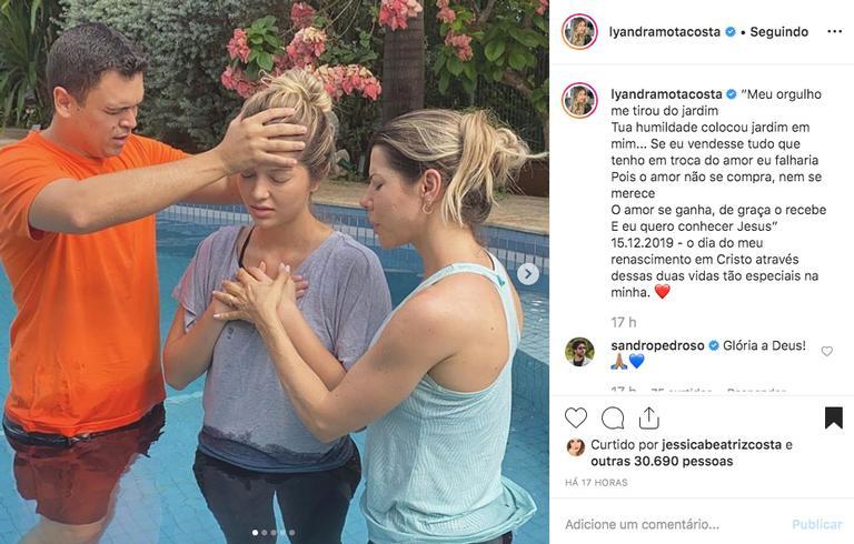 Filha de Leandro mostra fotos de seu batizado na igreja evangélica