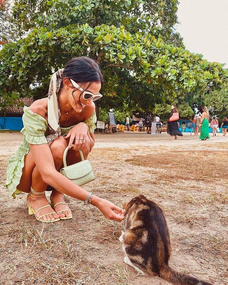 Bruna Marquezine interage com gatinho em Trancoso