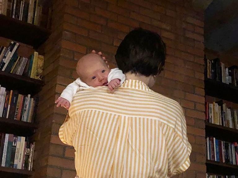 Letícia Colin mostra o rosto do filho em nova foto encantadora