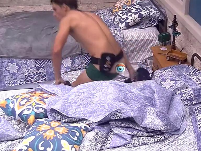 BBB20: Felipe mostra demais após trocar de roupa na cama